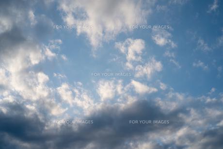 昼と夕方の境目の青空の写真素材 [FYI01241417]