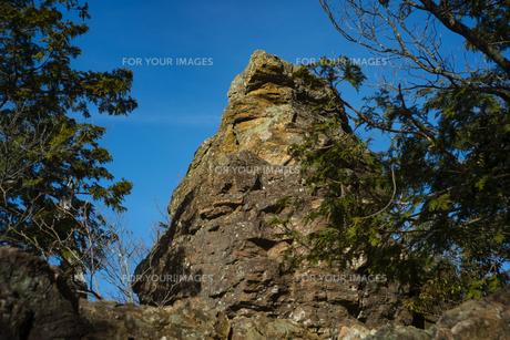 山の上の大きな岩の写真素材 [FYI01241423]