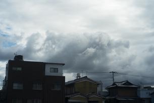 町を飲み込みそうな大きな雲があるの写真素材 [FYI01241433]