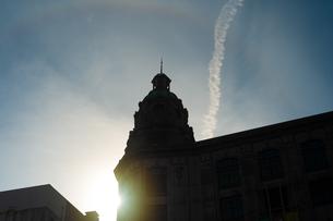 山形屋の大聖堂のような塔屋の向こうに飛行機雲があるの写真素材 [FYI01241434]
