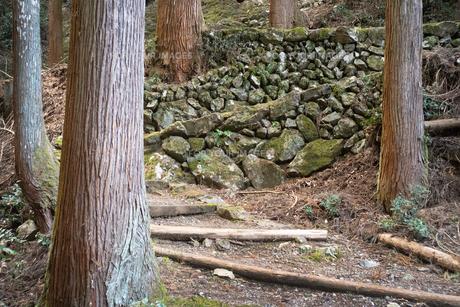 山の中に石垣でできた山道があるの写真素材 [FYI01241444]