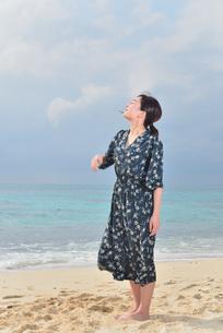 宮古島/リフレッシュ休暇の女性の写真素材 [FYI01241484]