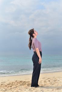 宮古島/リフレッシュ休暇の女性の写真素材 [FYI01241492]