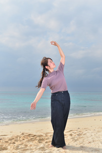 宮古島/リフレッシュ休暇の女性の写真素材 [FYI01241499]