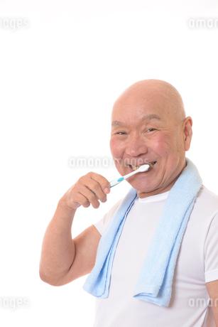 歯を磨く日本人シニアの写真素材 [FYI01241545]