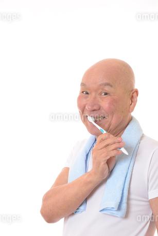 歯を磨く日本人シニアの写真素材 [FYI01241546]