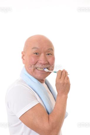 歯を磨く日本人シニアの写真素材 [FYI01241547]