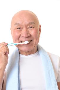 歯を磨く日本人シニアの写真素材 [FYI01241548]