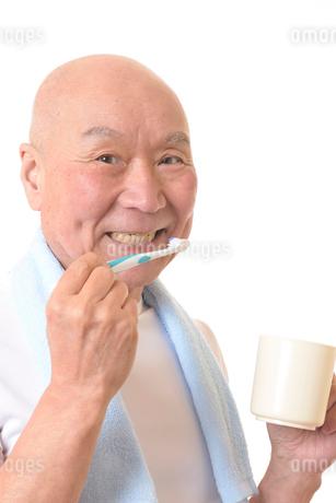 歯を磨く日本人シニアの写真素材 [FYI01241550]