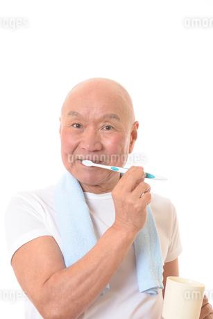 歯を磨く日本人シニアの写真素材 [FYI01241551]