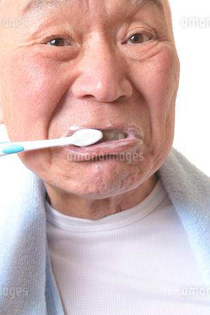 歯を磨く日本人シニアの写真素材 [FYI01241552]