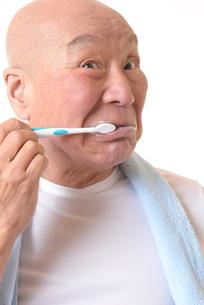 歯を磨く日本人シニアの写真素材 [FYI01241553]