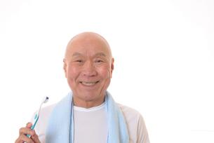 歯を磨く日本人シニアの写真素材 [FYI01241555]