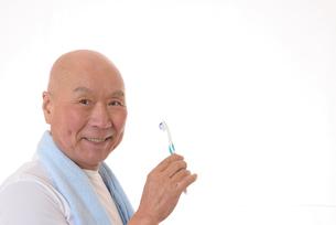 歯を磨く日本人シニアの写真素材 [FYI01241557]