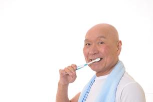 歯を磨く日本人シニアの写真素材 [FYI01241559]