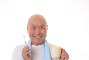 歯を磨く日本人シニアの写真素材 [FYI01241560]