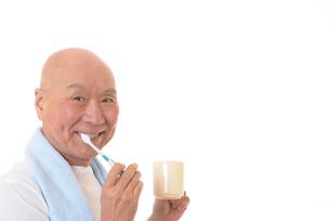歯を磨く日本人シニアの写真素材 [FYI01241562]
