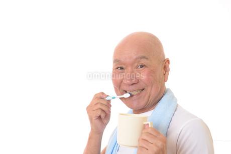 歯を磨く日本人シニアの写真素材 [FYI01241563]