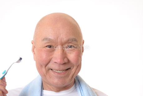 歯を磨く日本人シニアの写真素材 [FYI01241564]