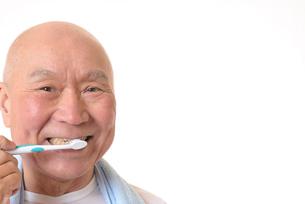歯を磨く日本人シニアの写真素材 [FYI01241565]