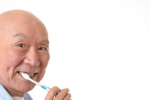 歯を磨く日本人シニアの写真素材 [FYI01241566]