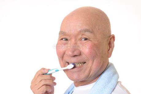 歯を磨く日本人シニアの写真素材 [FYI01241567]