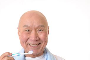 歯を磨く日本人シニアの写真素材 [FYI01241568]