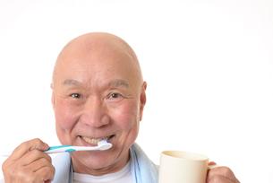 歯を磨く日本人シニアの写真素材 [FYI01241569]
