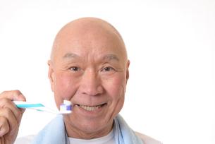 歯を磨く日本人シニアの写真素材 [FYI01241572]