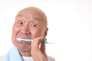 歯を磨く日本人シニアの写真素材 [FYI01241574]