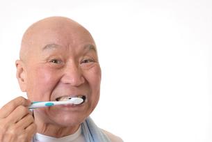 歯を磨く日本人シニアの写真素材 [FYI01241576]