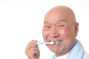 歯を磨く日本人シニアの写真素材 [FYI01241577]