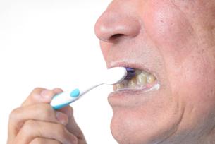 歯を磨く日本人シニアの写真素材 [FYI01241579]