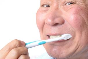 歯を磨く日本人シニアの写真素材 [FYI01241584]