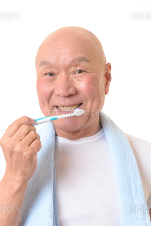 歯を磨く日本人シニアの写真素材 [FYI01241585]