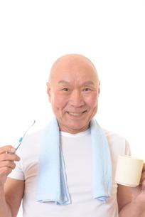 歯を磨く日本人シニアの写真素材 [FYI01241586]