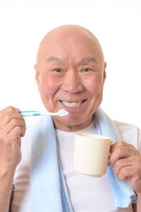 歯を磨く日本人シニアの写真素材 [FYI01241588]