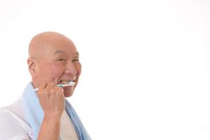 歯を磨く日本人シニアの写真素材 [FYI01241589]