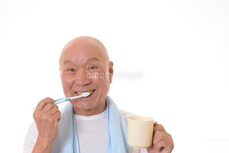 歯を磨く日本人シニアの写真素材 [FYI01241590]