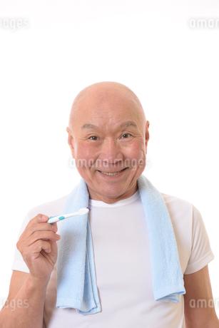 歯を磨く日本人シニアの写真素材 [FYI01241591]