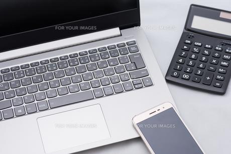 パソコンとスマホと電卓の写真素材 [FYI01241709]