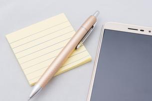 メモとペンとスマホの写真素材 [FYI01241713]
