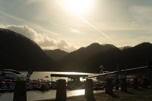 相模湖の白鳥と空と飛行機雲の写真素材 [FYI01241840]