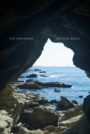 三浦半島の洞穴と海の写真素材 [FYI01241857]