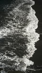 砂浜に打ち寄せる白波の写真素材 [FYI01241859]