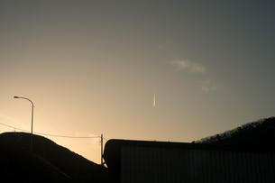 飛行機雲が夕方の空にできているの写真素材 [FYI01241861]