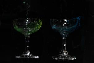 グラスからあふれ出る水の写真素材 [FYI01241981]