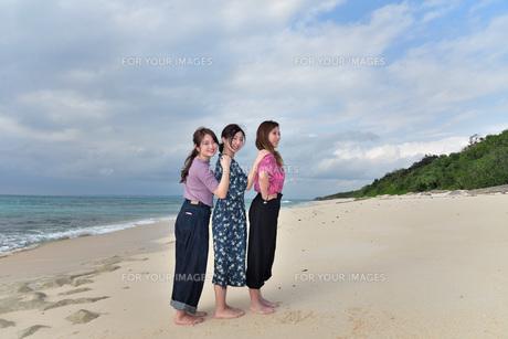 宮古島/冬のビーチでポートレート撮影の写真素材 [FYI01242167]