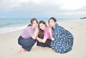 宮古島/冬のビーチでポートレート撮影の写真素材 [FYI01242179]