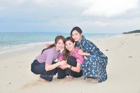 宮古島/冬のビーチでポートレート撮影の写真素材 [FYI01242180]